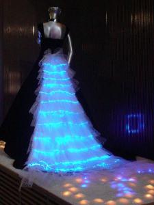 超高輝度LEDによる新光ファイバードレス\u201cStardust Flow\u201d